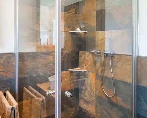 Schieferoptik-Fliesen in Dusche