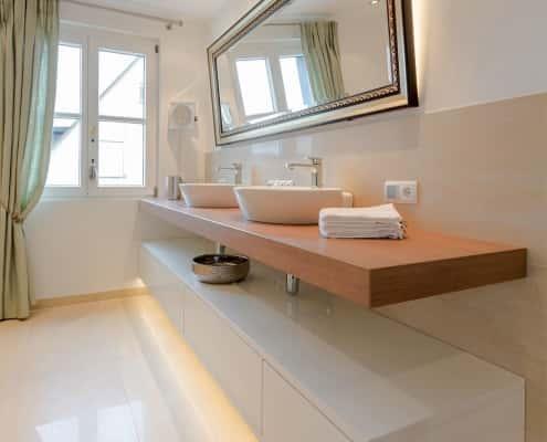 Badezimmer mit großen Boden- und Wand-Fliesen