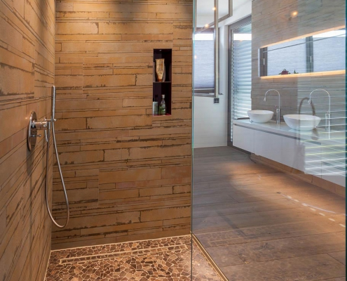 Duschkabine mit Mosaik-Fliesen